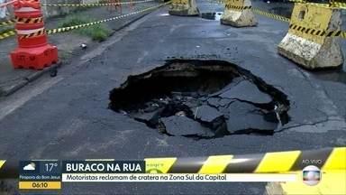 Cratera se abre em rua da zona sul de São Paulo - Moradores acreditam que o buraco se abriu por causa da chuva. Problema existe há duas semanas. A área foi isolada pela CET.