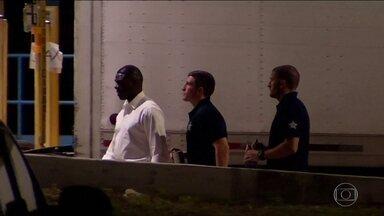 Polícia Federal americana faz busca pelos responsáveis pelo envio de pacotes-bomba - A Polícia Federal dos Estados Unidos está vasculhando uma agência dos correios na Flórida em busca de responsáveis pelo envio dos pacotes-bomba durante a semana. O FBI acredita que pelo menos um dos pacotes tenha sido enviado dessa agência.
