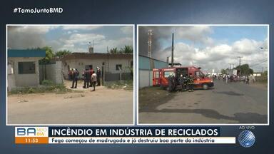 Incêndio atinge fábrica de produtos recicláveis em Feira de Santana - As chamas destruíram parte da estrutura do local.