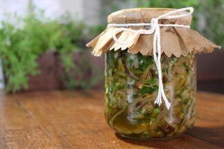 Antepasto de berinjela - Berinjela crua temperada é servida como aperitivo acompanhado de pães e torradas.