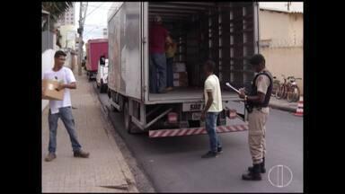 Justiça Eleitoral e Polícia Militar começam distribuição de urnas em Montes Claros - Urnas foram levadas para o Décimo Batalhão da Polícia.