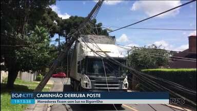 Caminhão derruba poste em Curitiba - Moradores ficam sem luz.