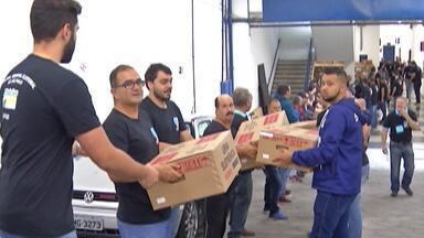 Colégios eleitorais de Suzano recém urnas para votação deste domingo (28). - Transporte foi feito com a escolta da Polícia Militar.