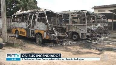Quatro ônibus escolares são incendiados em Amélia Rodrigues - Três homens encapuzados renderam o vigia e atearam fogo nos ônibus.