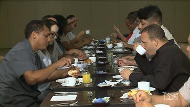 Funcionários de hotel em São Luís participam de experiência diferente - Como forma de melhorar o atendimento e as relações pessoais, eles trocaram de funções.