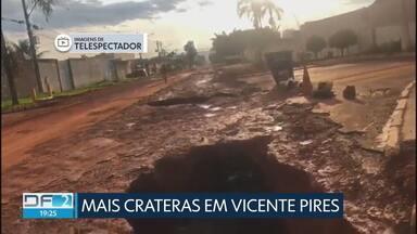 Três novas crateras surgem na Rua 10 em Vicente Pires - Secretaria de Infraestrutura disse que a pista deve ser liberada ainda hoje. Veja mais imagens deste sábado.