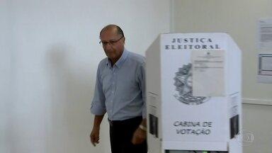Geraldo Alckmin vota no colégio Santo Américo, na Zona Sul de SP - O ex-governado de SP e candidato à presidência da República no 1º turno estava acompanhado da esposa. Ele ficou pouco tempo na urna.