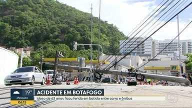 Idoso fica ferido em acidente entre ônibus e carro, em Botafogo. - Impacto da batida derrubou dois postes.