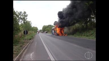 Ônibus de turismo pega fogo na BR 135, próximo a Buenópolis - Rodovia ficou parcialmente interditada.