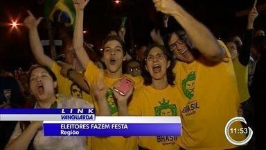 Apoiadores de Bolsonaro comemoram no Vale e região - Em São José dos Campos foram registradas comemorações no diretório do PSL, na avenida São João, e na praça Afonso Pena. Em Taubaté, as avenidas do Povo e Itália também registraram comemorações de apoiadores do presidente eleito.