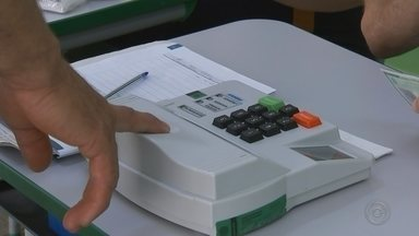 Eleitores usam biometria para votar em Catanduva - O cadastramento biométrico foi obrigatório em 26 cidades do noroeste paulista nestas eleições. Catanduva (SP) foi um dos municípios onde os eleitores usaram apenas o dedo para votar.