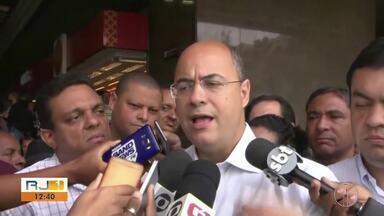 No primeiro dia como governador eleito, Wilson Wítzel conversa com eleitores - Conversa foi na Central do Brasil.