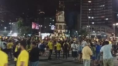Eleitores de Jair Bolsonaro comemoram vitória nas urnas - Eleitores da Baixada Santista se reuniram na Praça Independência.