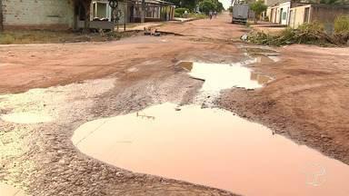 Moradores e motoristas reclamam de buracos, lama e poeira na rua Angelim - Os moradores cobram melhorias em uma das principais ruas do bairro Maracanã.