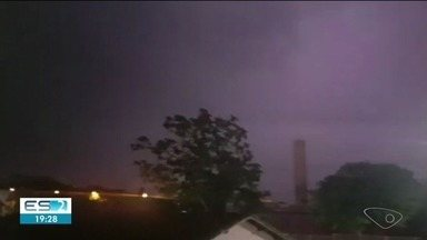 Temporal causa transtornos em São Mateus, ES - Houve queda de energia elétrica.