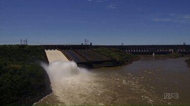 Abertura do vertedouro dá show na Itaipu - Calha foi aberta para escoar o excedente de água.