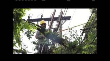 Vários pontos de Governador Valadares ficam sem energia após chuvas do fim de semana - Funcionários da Cemig tiveram que intensificar trabalhos.