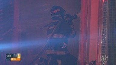 Incêndio destrói loja e depósitos no Centro de Campinas - Lojas no entorno não foram afetadas e puderam ser abertas por volta das 10h.