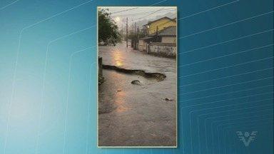 Moradores do morro da Nova Cinta reclamam de 'cratera' - Buraco se abriu na Avenida Torquatro Dias e piorou depois da chuva.