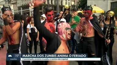 Zumbis invadem as ruas de São Paulo no feriado de finados - Paulistas se fantasiaram de mortos-vivos e saíram às ruas pelo centro da cidade na 12ª edição da Zombie Walk.