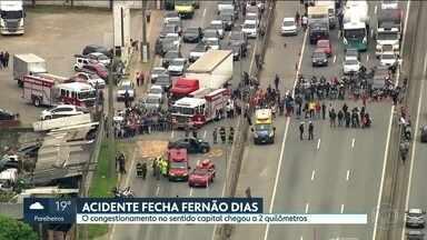 Acidente fechou a Rodovia Fernão Dias no feriado - Um carro bateu na mureta em Guarulhos. Três pessoas ficaram feridas
