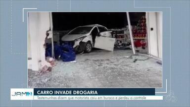 Carro invade drogaria no bairro Parque Dez - Fato ocorreu durante madrugada.