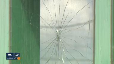 Posto policial em Ceilândia é alvo de tiros - O atirador estava dentro de um carro e passou em frente ao posto, que fica na QNL-36. O homem de 50 anos e a mulher de 49, que dirigia o carro, foram presos em seguida e autuados.