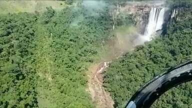 Homens que faziam rapel ficam mais de 20 horas esperando por resgate - Descida do trio foi interrompida devido a força da cachoeira, localizada entre Londrina e Tamarana.