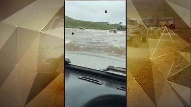 Imagens impressionantes mostram resgate de jipeiros - Trio de Caxias do Sul escapou por pouco de tragédia depois de tentar atravessar uma trilha, que passa por dentro de um rio, na cidade de Jaquirana, no Rio Grande do Sul.