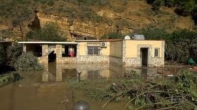 Número de mortos em enchentes no sul da Itália chega a 29 - Nove pessoas de uma mesma família participavam de uma festa quando a casa onde eles estavam foi invadida pela água.