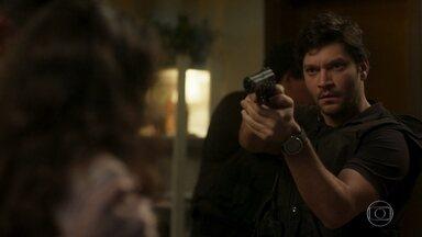 Ionan rende Juarez - O comparsa de Laureta jura que não sabe do paradeiro dela. Laureta consegue despistar a polícia e foge