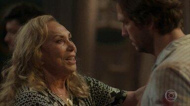 Remy revê a família - Naná se emociona ao encontrar o filho, mas Dodô dá um tapa do malandro