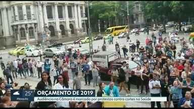 Audiência na câmara para discutir orçamento para 2019 tem protestos de servidores - Em meio a crise na saúde do Rio de Janeiro, servidores vão protestar contra os cortes na saúde em audiência pública na câmara nesta terça-feira (06).
