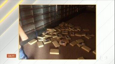 PF faz operação para desarticular quadrilha que trazia cocaína da Bolívia - Os agentes realizaram a operação em Mato Grosso e mais cinco estados. Foram cumpridos 14 mandados de prisão temporária, quatro de preventiva e 24 de busca e apreensão. a droga embarcava no Brasil pelas pistas de pouso clandestinas.