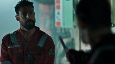 O Labirinto - Uma tempestade se aproxima e Julia recebe uma ordem de prisão para um de seus petroleiros, que se esconde e coloca a vida de todos em risco.
