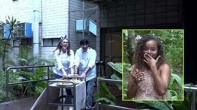 Ayrton e Ana Clara Lima levam lagosta para Roberta Rodrigues - Atriz é surpreendida pela dupla e agradece parceria com o 'Vídeo Show'