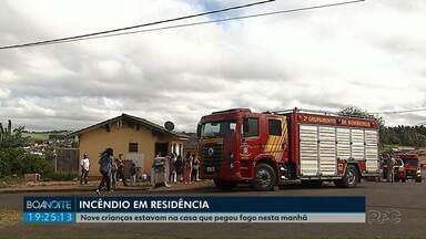 Casa com nove crianças pega fogo em Ponta Grossa - O incêndio foi nesta manhã.