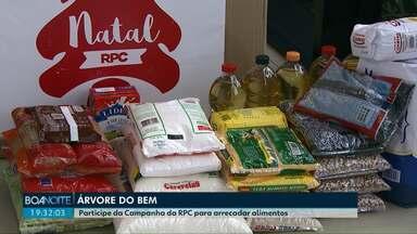 Participantes de redação móvel doam alimentos para campanha da RPC - A partir das doações, a árvore de natal no estúdio será decorada.
