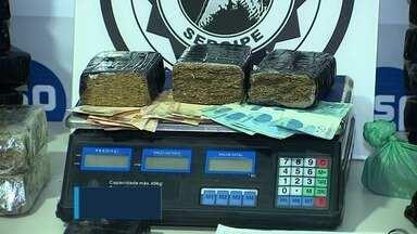 Homem é preso com 50 kg de maconha em tabletes - Além da droga ele estava com uma balança digital, cerca de R$ 1.900 em dinheiro e uma folha de caderno com anotações da compra de entorpecentes.