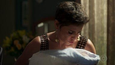Laureta e Karola sequestram Miguel - A cafetina surpreende Remy e Luzia na casa dos Falcão