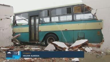 Ônibus desgovernado bate em duas casas em Passos (MG) - Ônibus desgovernado bate em duas casas em Passos (MG)
