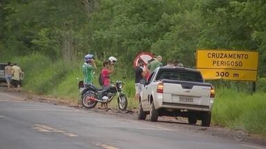 Colisão entre carros causa quatro mortes em rodovia de Itajobi - Quatro pessoas morreram, na noite deste sábado (10), em um grave acidente entre dois carros na Rodovia Cezário José de Castilho, no trevo de acesso de Itajobi (SP).