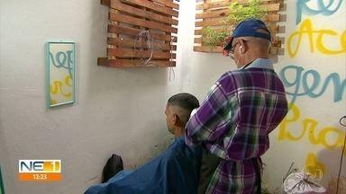 Voluntários disponiblizam banho e cuidados para moradores de rua - Ação ofereceu também refeição, corte de cabelo e cuidados médicos