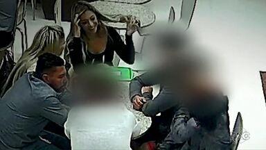 Imagens mostram encontro de Edison Brittes com testemunhas da morte do jogador Daniel - Segundo a polícia, intenção era combinar o que seria dito em depoimento. Veja ainda entrevista exclusiva com a mãe do jogador Daniel.