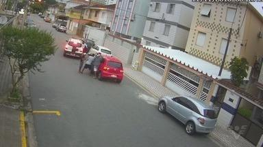 Idoso é agredido em São Vicente durante tentativa de assalto - Ação dos bandidos foi gravada por câmeras de monitoramento.