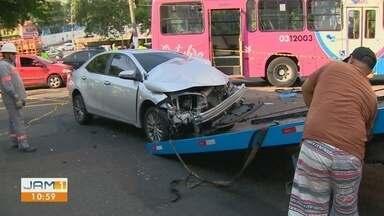 Ônibus colide contra poste após tentar desviar de carro na Avenida Brasil, em Manaus - É o segundo poste derrubado nesta segunda-feira (12) após acidente de veículo. Uma mulher ficou ferida