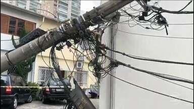 Quedas de árvores e de postes causam prejuízos em São Paulo - Serviços que dependem de fiação aérea, como energia, telefone e internet, são prejudicados pelo vendaval.