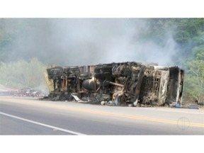 Carreta com materiais corrosivos e tóxicos tomba e pega fogo na BR-116, em Inhapim - Populares informaram à PRF que assim que o veículo tombou, começou a pegar fogo; motorista estava sozinho na carreta e teve ferimentos leves.
