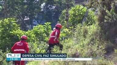 Defesa Civil realiza simulado de desastre natural em Resende - Atividade aconteceu na Rua Rodolfo Anechino, em frente ao campo de futebol do Surubi.