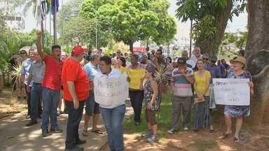 Funcionários públicos aposentados protestam contra atitude do prefeito de Votorantim - Em Votorantim (SP), funcionários públicos aposentados fizeram uma manifestação nesta segunda-feira (12) em frente à prefeitura contra uma atitude do prefeito.
